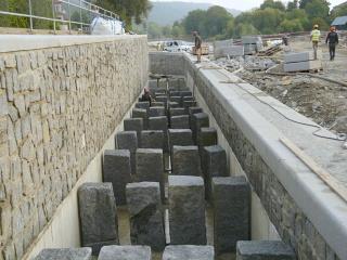 Žlab rybího přechodu po vystrojení přepážkami a zalití první vrstvou betonu
