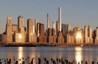 Obr. 01 Věž Central Park Tower při pohledu od řeky Hudson (zdroj: Gary Hershorn)
