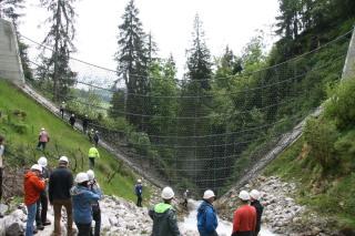 Obr. 01 Flexibilní bariéra VX na toku Hüpach v kantonu Bern, retenční prostror pro zadržení 16 000 m3 splavenin, konstrukční výška bariéry je 20 m, nosná lana jsou zavěšována pomocí helikoptéry