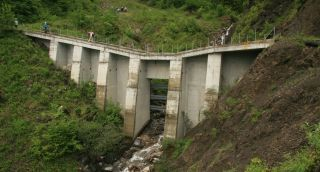 Obr. 10 Statická bariéra v povodí Trachtbachu, tzv. otevřená přehrážka pro zachycení objemově velkých splavenin, alternativou pro tyto objekty jsou flexibilní bariery, které byly po roce 2005 v povodí rovněž postaveny