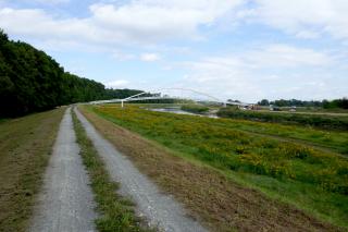 Obr. 01 Pohled na dokončenou lávku proti směru toku řeky Moravy