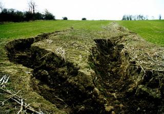 Obr. 01 Rýhová vodní eroze zemědělské půdy na Bruntálsku v roce 1998