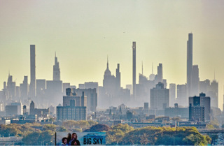 Obr. 01 Silueta mrakodrapů Billionaires' Row při pohledu z Harlemu (foto: Brian Aronson)