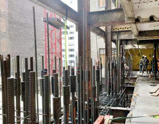 Obr. 10 Výstavba základů věže v souběhu s bouráním části Steinway Hall (zdroj: SES Stressteel)