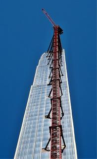 Obr. 18 Věžový jeřáb Potain vysoký 425 m před demontáží (foto: Lenny Spiro)