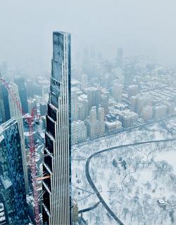 Obr. 21 Věž 111 W 57 v únoru 2021, krátce před dokončením (zdroj: blvckaperture)