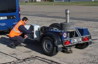 Obr. 3 Rázové zařízení FWD pro měření průhybů vozovek