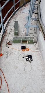 Obr. 1a Umístění snímačů na kótě 22,30 m: dva navzájem kolmé seizmické snímače pohybu, v tomto případě používané od počátku měření v roce 2000; před nimi je položen moderní snímač se zabudovanými dvěma akcelerometry, orientovanými shodně jako snímače pohybu