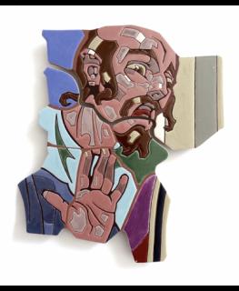 """Obr. 14c I. zastavení. Detaily. Výrazová figura v pozadí (Farizeus křičí: """"Ukřižujte ho!"""") - současný druhý originál připravený k osazení. Detail nových keramických segmentů pokrytých tekutými tesserami z keramických glazur"""