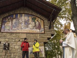 Obr. 16 Odhalení a posvěcení druhého originálu mozaiky olomouckým arcibiskupem Janem Graubnerem