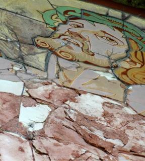 Obr. 18 XI. zastavení. Detail Krista ukazuje destrukci keramického střepu ve hmotě a důvod, proč bylo nutno jít cestou vytvoření nových originálů