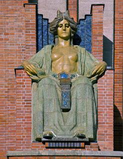 Obr. 11 Pohled na zrestaurovaný trůn a keramickou sochu