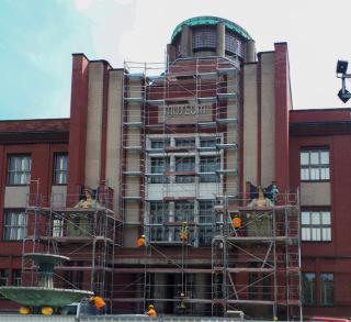 Obr. 06 Budova muzea před odstraněním barevného nátěru lícových cihel