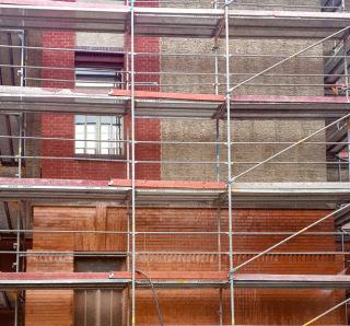 Obr. 07 Pohled na rozpracované čištění lícového zdiva – v horní partii obrázku je patrná neočištěná část lícových cihel s nátěrem, ve spodní partii již zdivo po očištění lícových cihel abrazivní metodou TORBO