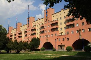 Pohled na Karl-Marx-Hof z centrálního náměstí
