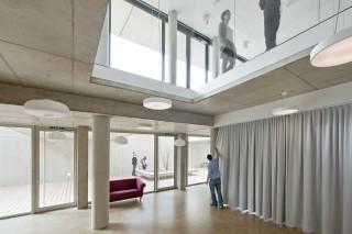 Krakauerstraße 19 – projekt skupinového bydlení, suterén se společenskými místnostmi, průhled do herny pro děti a na dvůr