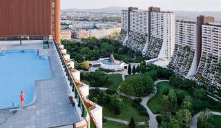 Obytný park Alt-Erlaa – plavecký bazén na střeše terasového domu Alt-Erlaa