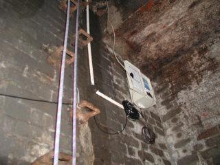 Obr. 09a Ukázka instalace ultrazvukového snímače v odlehčovací komoře