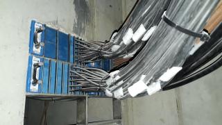 Průchod kabelů vlastního vybavení skrz protipožární/protipovodňovou příčku mezi SPHM a J/04 při jejich instalaci včetně označení