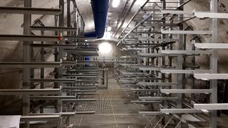 Pohled do horního patra technické komory TK101 včetně vzduchotechnického potrubí