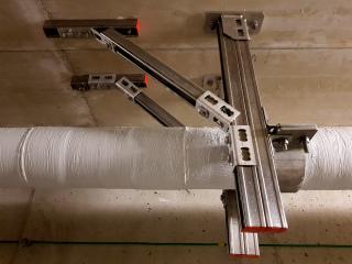 Detail zavěšení plynovodního potrubí po aplikaci protipožárního nátěru