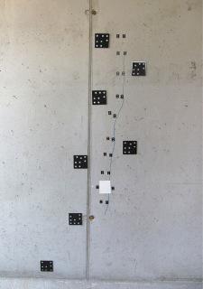 Obr. 11 Šikmé trhliny ve stěně 5.NP sledované blízkou fotogrammetrií