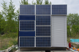 Obr. 1 Prototyp fasádního modulu instalovaný na zkušební buňce v areálu UCEEB