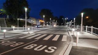 Přednádraží s výpravní budovou, noční osvětlení