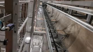 Obr. 06 Šachta J102  – pohled do šachty s instalovanými ocelovými podestami   a výtahovou šachtou