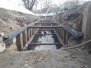 Obr. 09 Hloubená kolektorová trasa – pohled na výstavbu vodonepropustné štětové stěny