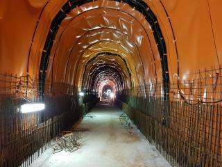 Obr. 15 Ražená kolektorová trasa – instalovaná mezilehlá izolace a vybetonovaná spodní protiklenba