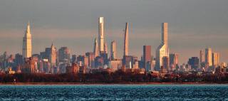 Obr. 01 Silueta mrakodrapů Billionaires' Row při pohledu z Brooklynu (zdroj: NYMAN2020)