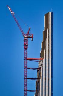 Obr. 14 Odskoky jižní fasády postupně ztenčující věž (zdroj: Brian Aronson)