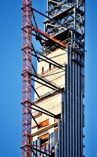 Obr. 16 Blok sedmi technických podlaží, 78. až 84.NP, završující betonovou část věže (zdroj: Brian Aronson)