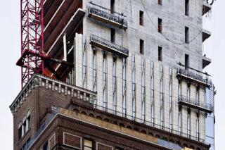 Obr. 21 Montáž fasády dvojicemi montážních lávek (zdroj: SHoP Architects)