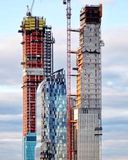 Obr. 22 Rozestavěná věž v prosinci 2018, v pozadí věž One 57 a rozestavěná Central Park Tower (zdroj: Michael Young)