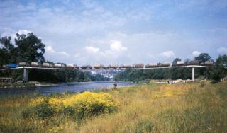 Obr. 01 Lávka přes Vltavu v Praze-Troji – zatěžovací zkouška v roce 1984