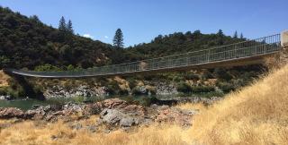 Obr. 22 Lávka přes řeku Sacramento v Reddingu v Kalifornii po 28 letech provozu