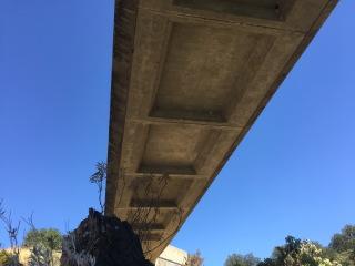 Obr. 23 Podhled lávky přes  řeku  Sacramento  v  kalifornském  Reddingu  po 28 letech provozu