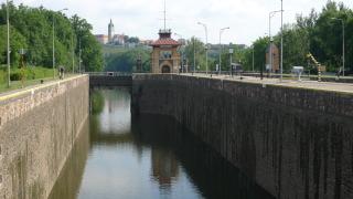 Velká plavební komora, stávající stav, v pozadí zámek Mělník