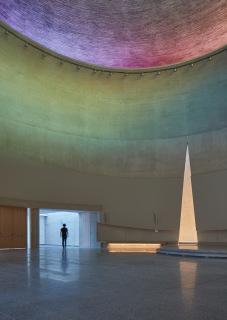 Pohled na presbytář s trojúhelníkovým otvorem v apsidě svatostánku. Narušení obvodové zdi symbolizuje roztržení jeruzalémské chrámové opony