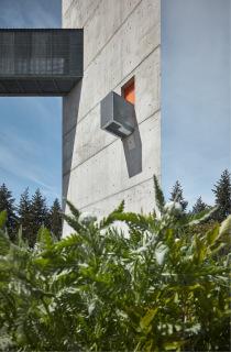 """Pohled na """"revoluční"""" balkonek ve spodní části věže, vybudovaný pro speciální příležitosti"""