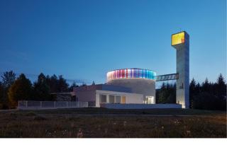 V noci jsou nasvětleny pouze barevné prvky kostela. Ostatní hmota zůstává v šeru