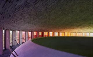 Distribuce denního světla do interiéru. Světlo se dvojitě odráží od římsy a od kopule