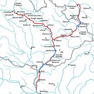 Přehled doporučených trasování jednotlivých větví a jejich částí vodního koridoru Dunaj - Odra - Labe s vyznačením úseků vedených mimo vodní toky (červeně) a vodními toky (modře)