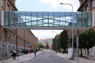 Obr. 18 Pohled na spojovací můstky mezi budovami Vysoké školy chemicko-technologické po dokončení