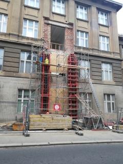 Obr. 11 Vnější část bednění železobetonových pilířů budovy A u lávky SO02
