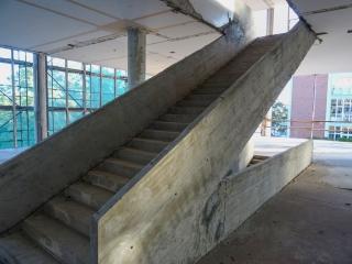Pohled na vybetonované schodiště