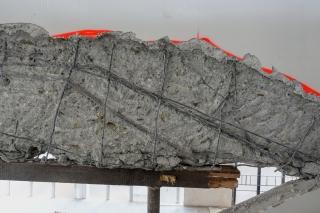 Odkrytý stropní trám vynášející schodiště po vybourání nevhodných konstrukcí