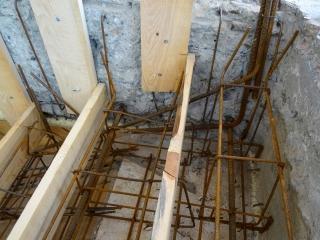 Výztuž nového schodiště s vlepenou výztuží do původního trámce